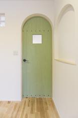 オリーブグリーン扉の家