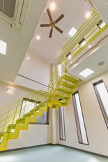 オープン階段のある事務所